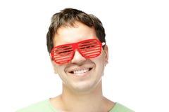 Lächelnde Männer in den roten Sonnenbrillen getrennt auf Weiß lizenzfreies stockfoto