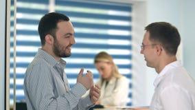 Lächelnde männliche geduldige sagende Geschichte zu männlichem Doktor Lizenzfreies Stockbild