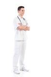 Lächelnde männliche Krankenschwester, die mit den Armen gekreuzt aufwirft Stockbild