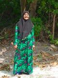 Lächelnde maledivische alte Frau in der traditionellen Kleidung stockfotografie