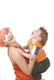 Lächelnde Mama mit Kind stockbild