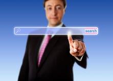 Lächelnde Manager-Touching An Empty-Suchstange Lizenzfreie Stockfotos