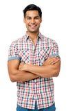Lächelnde Mann-stehende Arme gekreuzt Stockbild