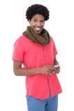 Lächelnde Mannstellung und -Versenden von SMS-Nachrichten Stockfotografie