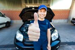 Lächelnde Mechanikerdaumen oben Lizenzfreie Stockfotografie