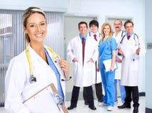 Lächelnde medizinische Leute lizenzfreie stockfotos