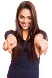 Lächelnde Mischungsrennfrau, die vorwärts Finger zeigt Lizenzfreie Stockfotografie