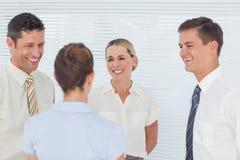 Lächelnde Mitarbeiter, die einen Bruch zusammen haben Lizenzfreie Stockbilder