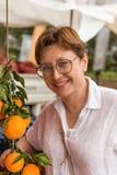 Lächelnde Mittelalterfrau am Lebensmittelgeschäftmarkt lizenzfreie stockfotografie