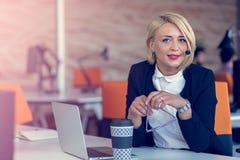 Lächelnde Mittelfrau mit Kopfhörern Porträt der Call-Center-Arbeitskraft im Büro lizenzfreie stockbilder
