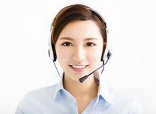 Lächelnde MittelGeschäftsfrau mit Kopfhörern stockbilder