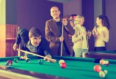 Lächelnde Mittelständler, die Poolspiel haben lizenzfreie stockfotos