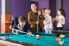 Lächelnde Mittelständler, die Poolspiel haben stockfotos