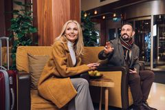 lächelnde mittlere erwachsene Paare, die beim Sitzen weg schauen stockbilder