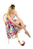 Lächelnde mittlere gealterte Frau, die auf ihren Schlauch 2 sich setzt Lizenzfreie Stockfotos