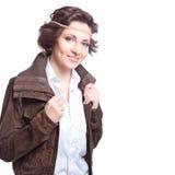 lächelnde Modefrau im Herbstkleid Stockfotos