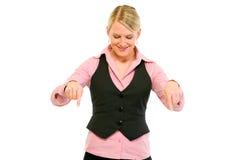 Lächelnde moderne Geschäftsfrau, die unten zeigt Lizenzfreie Stockfotos