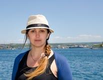 Lächelnde modische Frau an der Küste lizenzfreies stockfoto