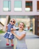 Lächelnde Mutter, die mit Schätzchen in der Stadt spielt Lizenzfreies Stockfoto