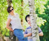 Lächelnde Mutter, die um ihren Sohn sich kümmert Stockbilder
