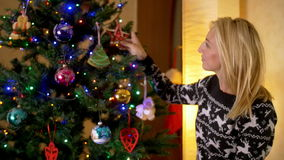 Lächelnde Mutter, die Weihnachtsbaum verziert stock video footage
