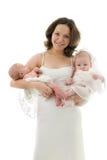 Lächelnde Mutter mit Baby und Jungen stockfoto