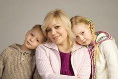 Lächelnde Mutter mit ihr childen lizenzfreie stockbilder