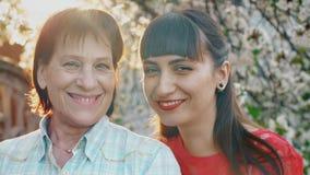Lächelnde Mutter und ihre erwachsene Tochter stock video
