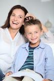 Lächelnde Mutter und Kind Lizenzfreie Stockfotos