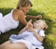 Lächelnde Mutter und kleine Tochter auf Natur. Glückliche Menschen draußen lizenzfreie stockbilder