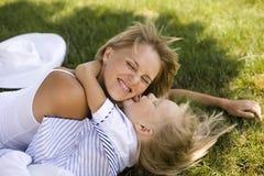 Lächelnde Mutter und kleine Tochter auf Natur. Glückliche Menschen draußen stockbild