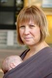 Lächelnde Mutter und Slepping-Baby Stockfotografie