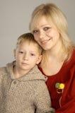 Lächelnde Mutter und Sohn stockbilder