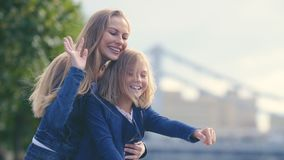 Lächelnde Mutter und Tochter Lizenzfreie Stockfotos