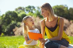 Lächelnde Mutter und Tochter, die zusammen Zeit verbringen lizenzfreies stockbild