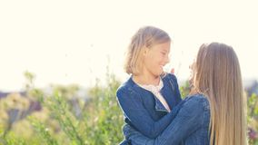 Lächelnde Mutter und Tochter im Sommer Lizenzfreie Stockfotos
