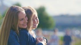 Lächelnde Mutter und Tochter im Urlaub Lizenzfreies Stockbild