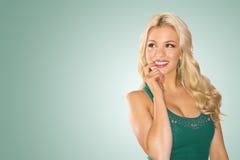 Lächelnde nachdenkliche blonde Dame Lizenzfreies Stockfoto