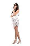 Lächelnde nachdenkliche elegante Frau mit der Hand auf ihrem Kinn, das weg schaut Lizenzfreies Stockbild