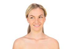 Lächelnde nackte blonde Aufstellung Stockfoto