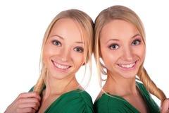 Lächelnde Nahaufnahme der Doppelmädchen Lizenzfreie Stockfotografie