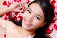 Lächelnde Nahaufnahme des asiatischen Schönheit Mädchens mit stieg stockfotografie