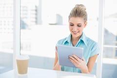 Lächelnde noble Frau, die Tablette beim Haben eines Bruches verwendet Lizenzfreies Stockbild