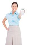 Lächelnde noble Geschäftsfrau, die Taschenrechner zeigt Stockfotografie