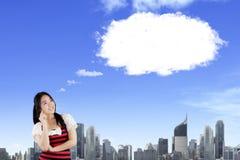 Lächelnde orientalische Frau, die oben mit leerer Blasenrede denkt und schaut lizenzfreie stockbilder