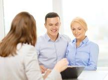 Lächelnde Paare in Bank stockbilder