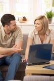 Lächelnde Paare in der Diskussion lizenzfreies stockbild