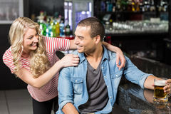Lächelnde Paare, die etwas trinken Stockfotografie