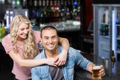 Lächelnde Paare, die etwas trinken Stockfotos