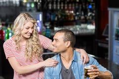 Lächelnde Paare, die etwas trinken Lizenzfreie Stockbilder